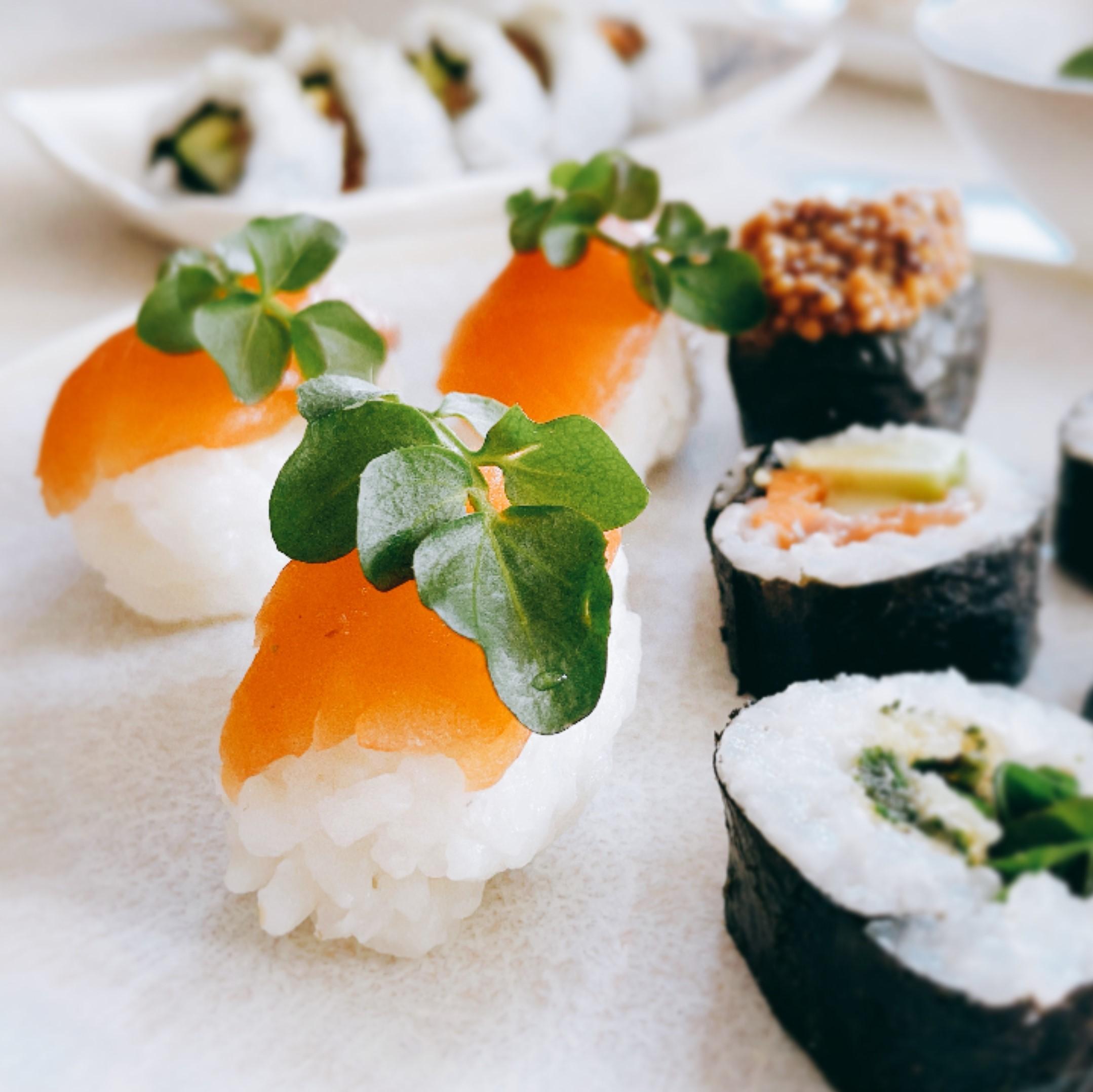 Wildes Sushi Wildkräuter Brennnessel Tempura Lachsforelle Brunnenkresse Wasabi wildkitchen wildkitchen.at